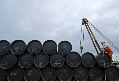 A contramano de los pronósticos: el barril de crudo por debajo de 50 dólares