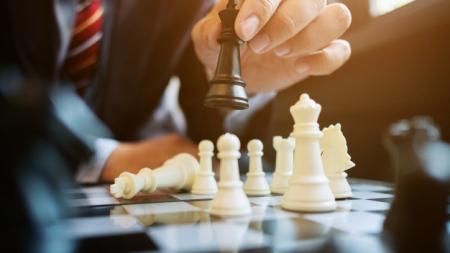 El ajedrez electoral y la curva de bonos invertida